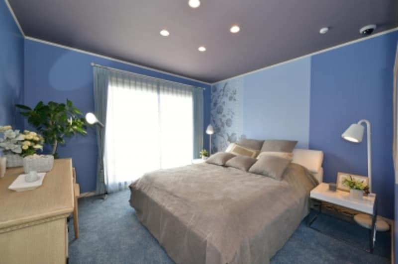 落ち着いた色調の主寝室は、プライバシーを確保するために吹き抜けや階段から離れた位置に