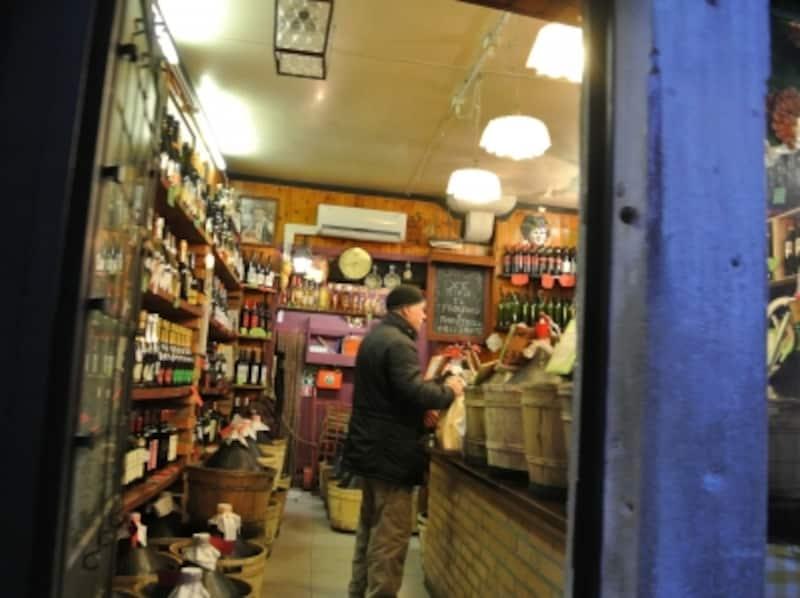 小道をちょっとのぞくと、お店がいろいろ。こちらは量り売りワインのお店