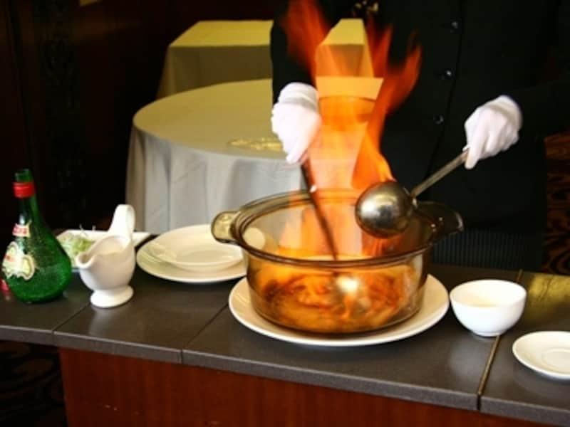 テーブル脇で豪快に調理してくれる蝦料理