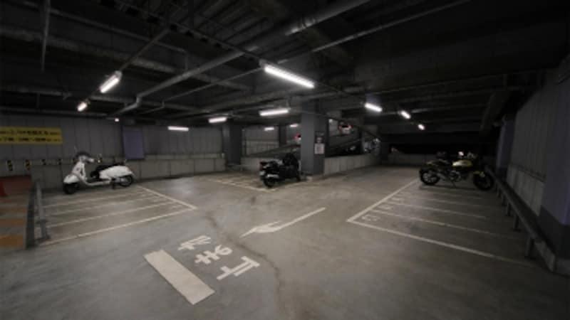 国際ターミナルのバイク用駐車場。料金は30分毎で50円(入庫から30分以内の出庫は無料)、7時間を越えて24時間駐車まで700円と格安
