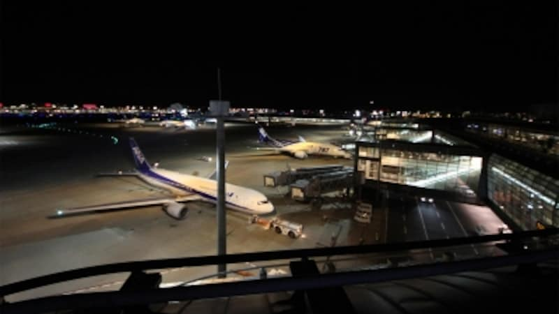 こんな時間でも飛行機の離発着が楽しめる。聞こえるのは飛行機のエンジン音ぐらい