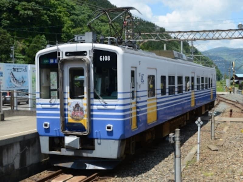 勝山に到着したえちぜん鉄道の電車