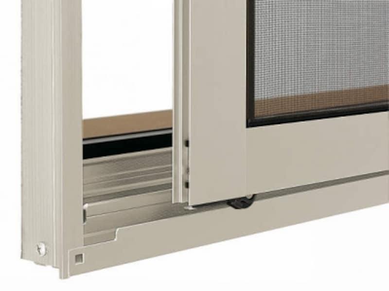 戸車がバネで押されレールから外れるのを防ぐ。安心してスライドすることが可能。[スライド網戸undefined脱輪防止機構付戸車(フレミングJ)]undefinedYKKAP