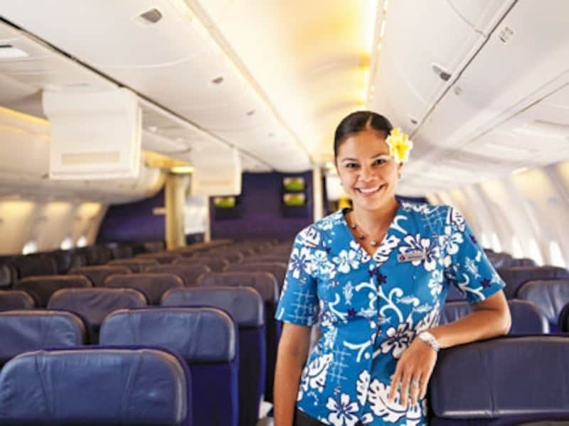 機内にはハワイアンミュージックが流れ、アロハシャツ姿のCAがお出迎え。日本出発時からハワイ気分を盛り上げます
