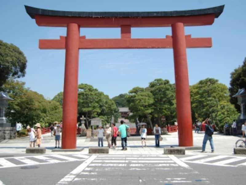 「三の鳥居」の向こうに、鶴岡八幡宮境内が広がる