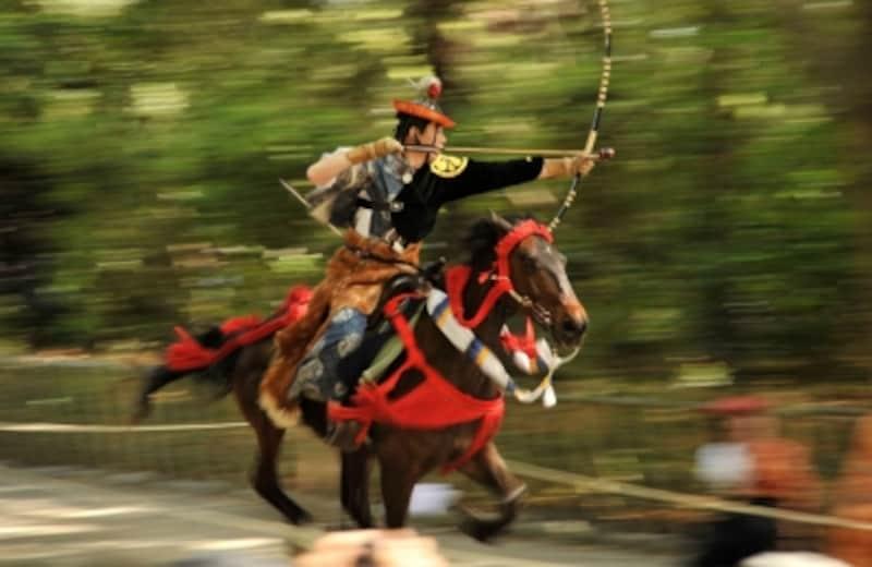 「鎌倉まつり」などで見られる「流鏑馬神事」(写真提供:鎌倉市観光協会)