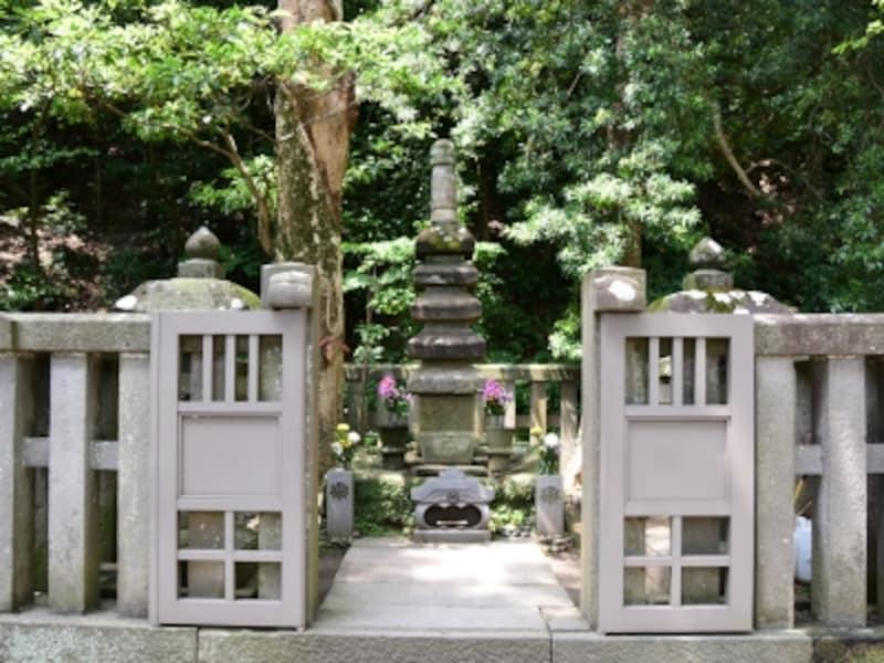 「源頼朝の墓」と伝わる石塔