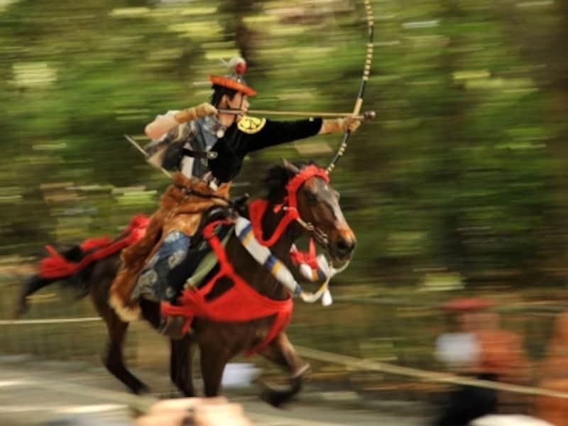 疾走する馬上から次々に矢で的を射落とす流鏑馬神事(写真提供:鎌倉市観光協会)