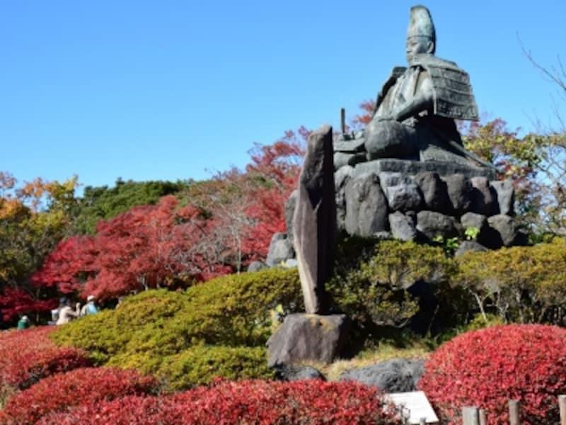 源氏山山頂の源頼朝像と紅葉