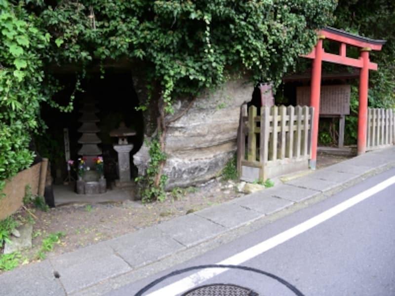 寿福寺から化粧坂切通しへの道沿いには、『十六夜日記』の作者である阿仏尼の墓や、小さな稲荷がまつられていて、味わい深い