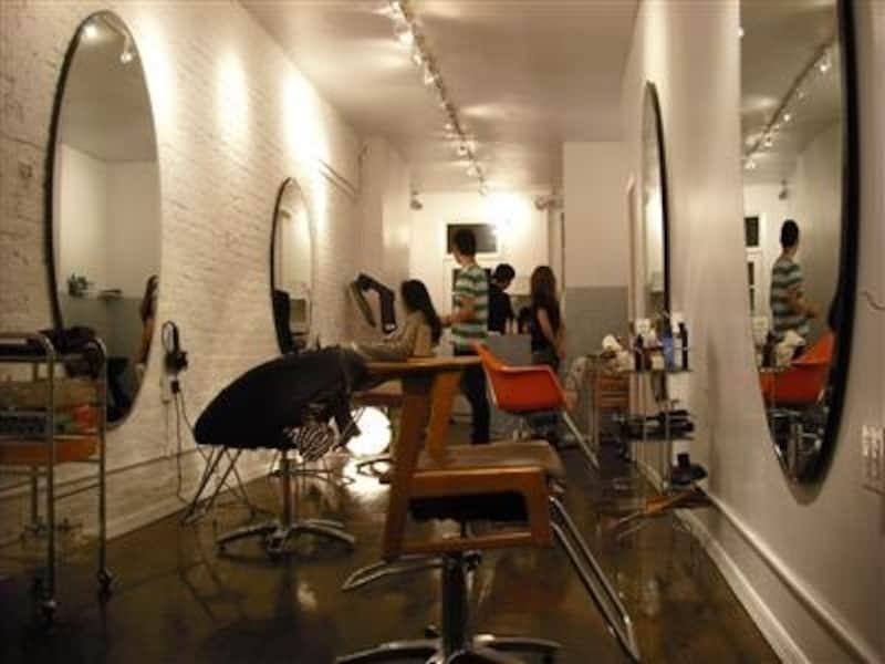 コンプレックスを隠すのではなく、それをいかしたヘアにするのがニューヨーク流