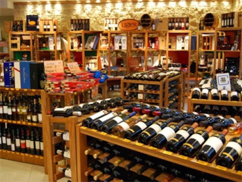 ワイン専門店に行けば、値段によって好みのワインを選ぶことができる