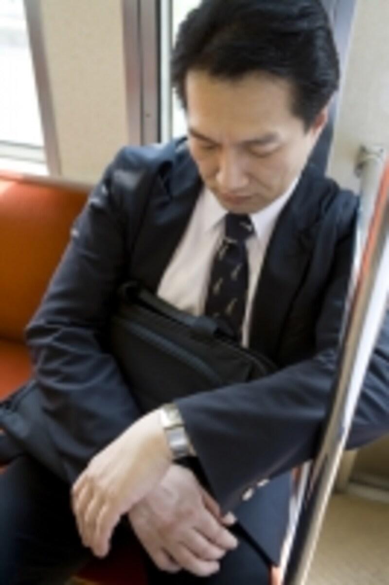 電車で眠り込んでいるオジサマ。「私に寄り掛からないで!」