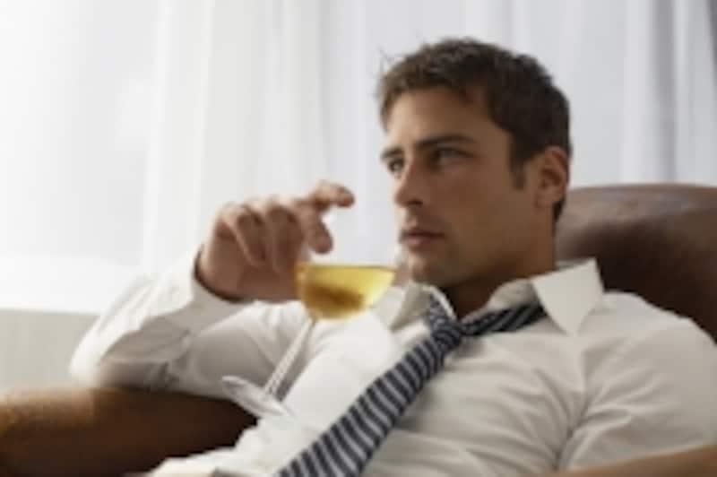 お酒を飲んでいるビジネスマン
