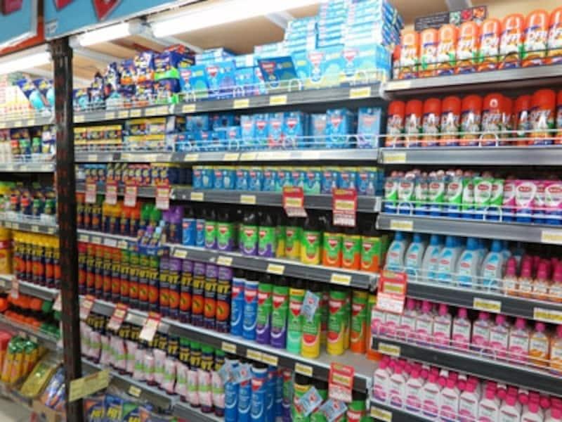 スーパーマーケットの虫除け商品の棚