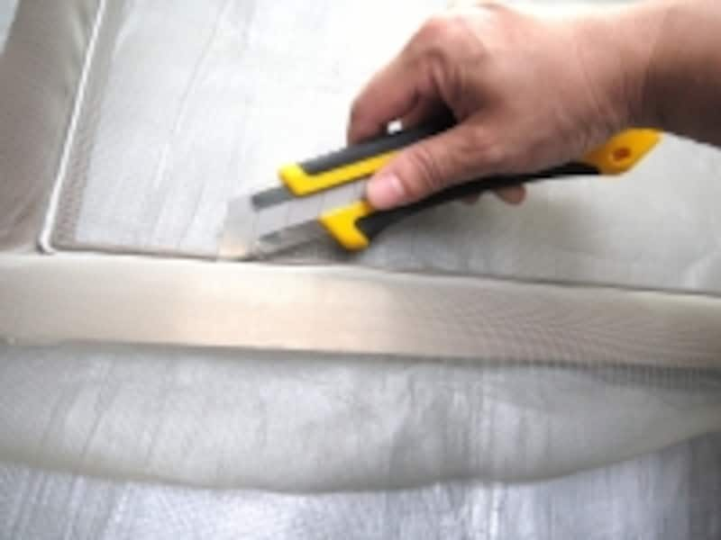切り残りの網ははさみでカットします