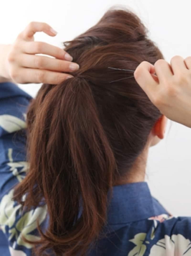 毛先は、先に結んでおいた毛の流れになじませて