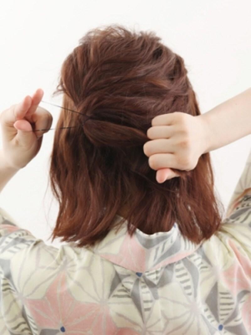 髪を多めにとりハーフアップを作る