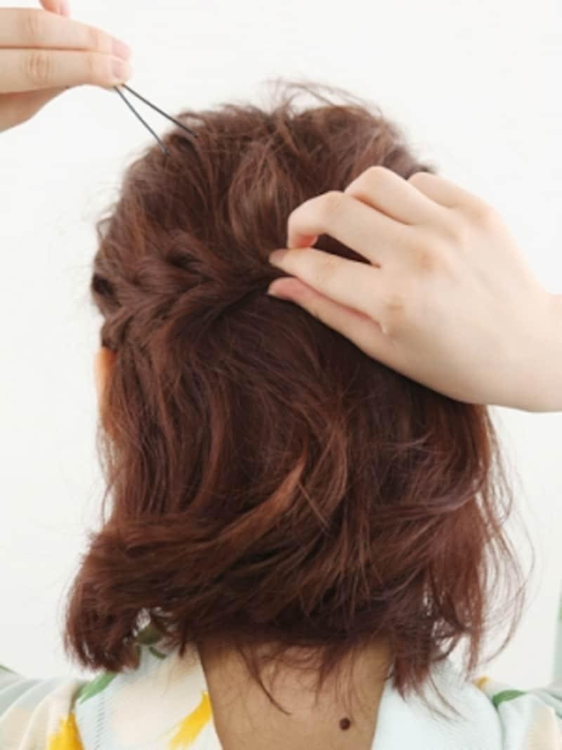左右の三つ編みを後頭部で留める