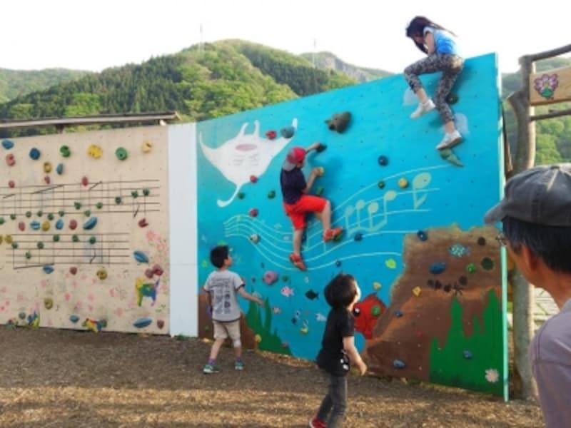 クライミングウォールに登る子供達(写真提供:創作農家こすもす)