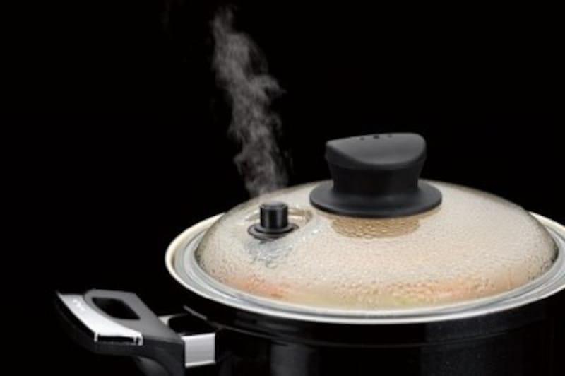 中から蒸気が排出されることで、鍋の中が真空に近くなっていき、気圧が下がるという仕組みです。