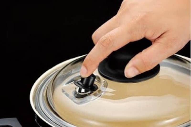 放置したのち、一気に鍋の中に空気を入れることで、食材に味がしみ込みます