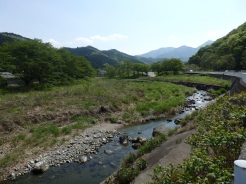 槻川に架かる矢岸歩道橋から眺める里山の風景