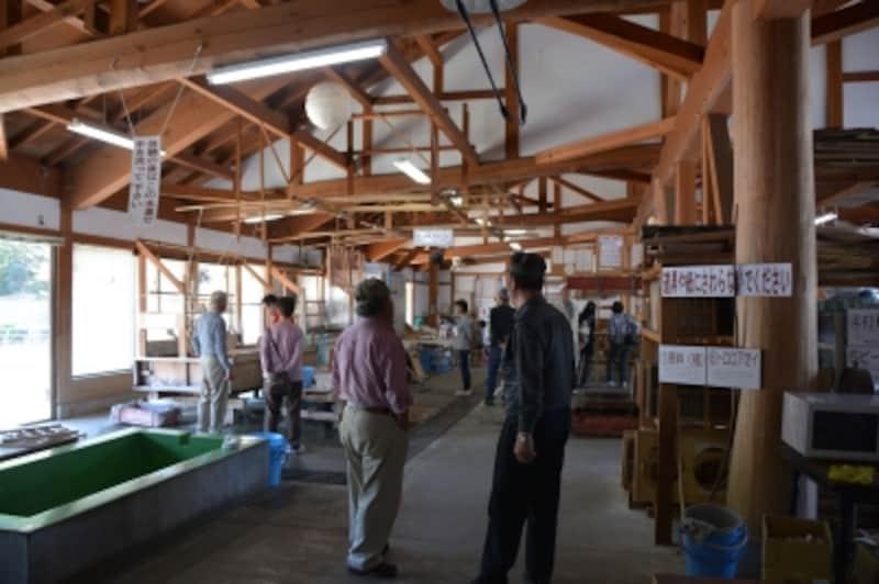 手すき和紙の生産設備や道具が並ぶ和紙製造所