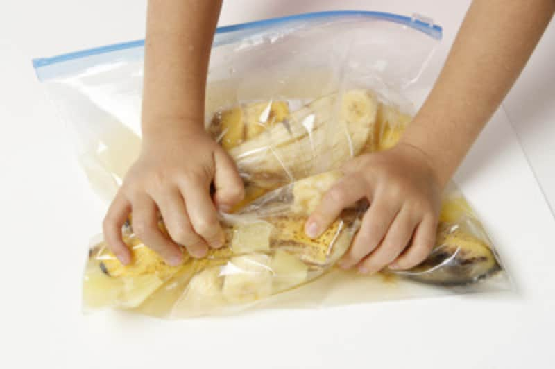 焼酎と砂糖をよく混ぜて、そこにバナナを入れて軽く揉む