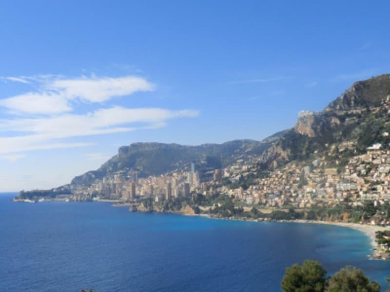 コートダジュールの海岸線はその名の通りの青い海が続く。中央奥がモナコ周辺。