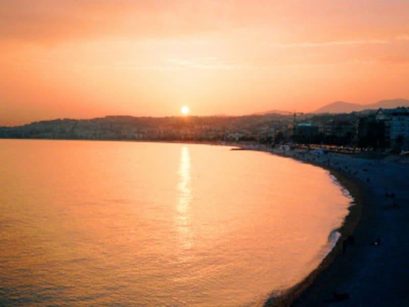 夕刻のニース海岸。夕陽とは、ニースのためにあるのでは……