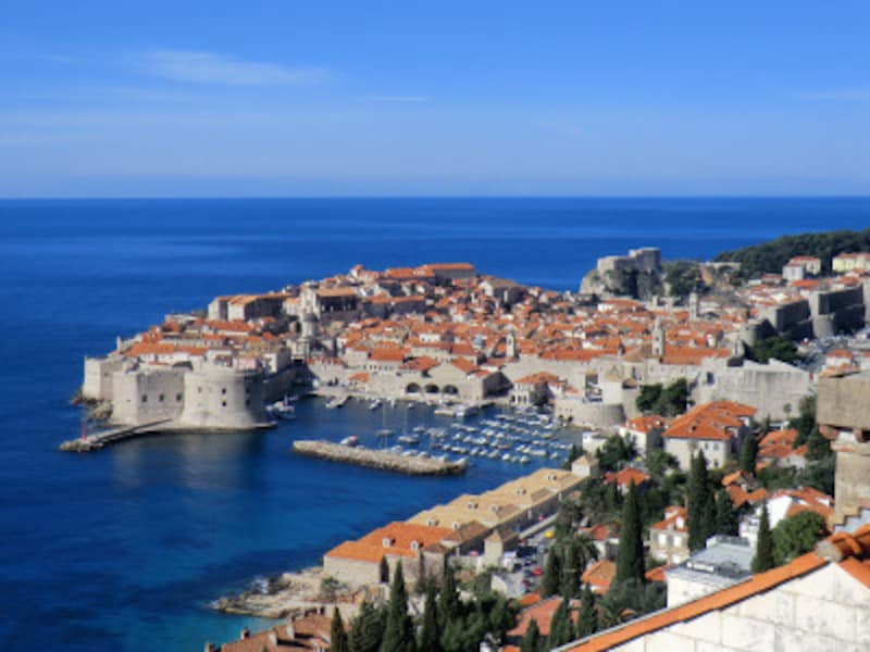 """城壁に囲まれた中世の街並みが海に突き出しているドブロブニク旧市街。""""アドリア海の真珠""""の呼び名にふさわしい佇まい。"""