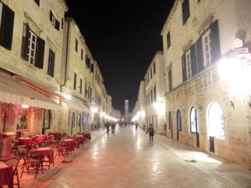 幻想的な夜の旧市街で優美なディナーを。レストランの数も多い。