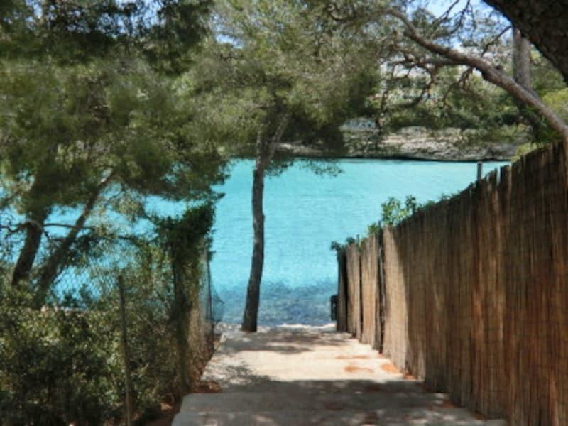 """隣りの""""Cala""""への抜け道。小路の先に現れる青いオアシスに胸が高鳴る"""