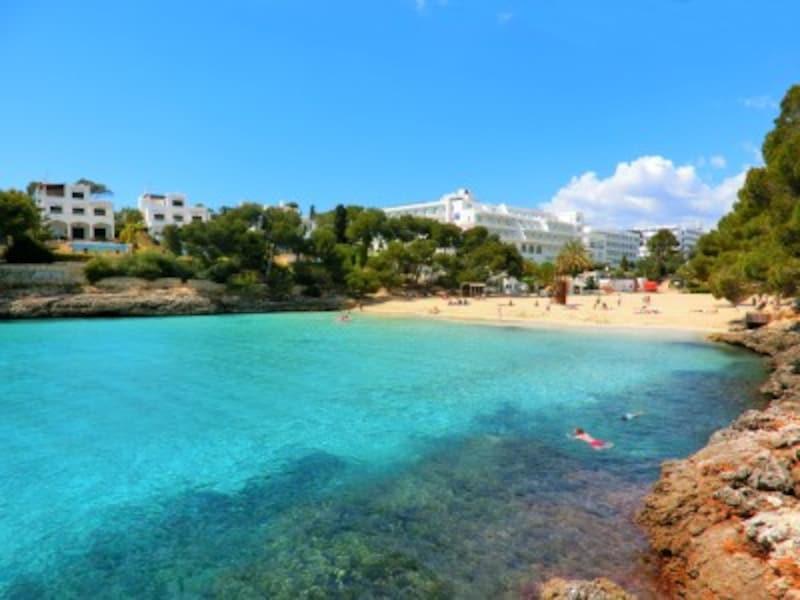 マヨルカ島東海岸でも比較的大きなカラ・グラン。どこまでも青く透明な海と、プライベート感満点のビーチに心躍る
