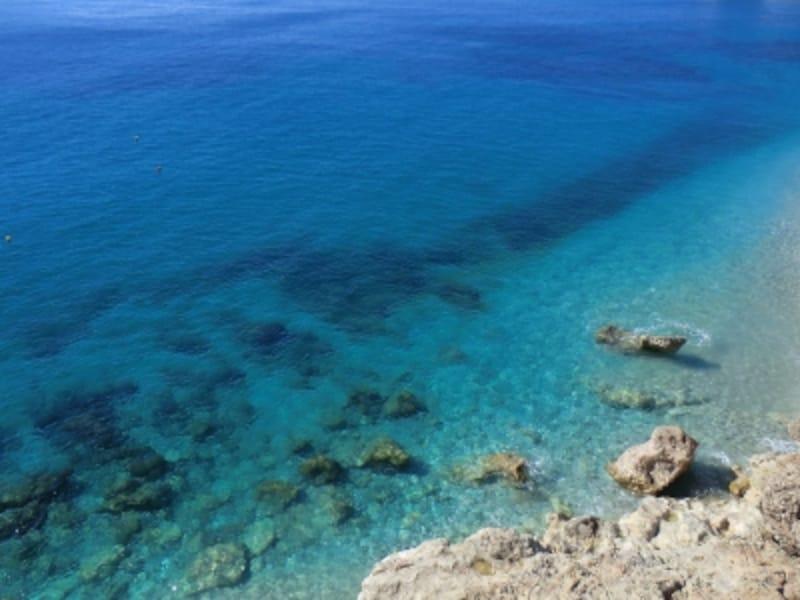 こんな青くて透明な海、ヨーロッパのどこでしょう?!正解は後ほど!