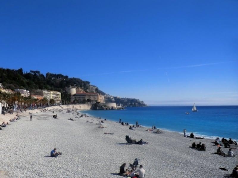 ゆるやかな弧を描く海岸線がどこまでも続いていく、ヨーロッパ屈指のビーチリゾート、ニース海岸。海の青さも地中海ならでは!