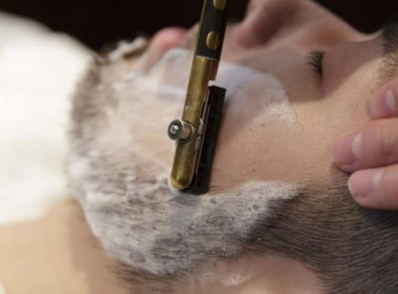 顔剃りはバーバーだけのサービス。顔が引き締まったような気になる!