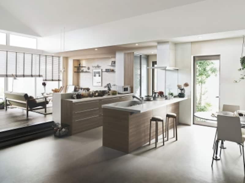 2世帯の家族が集まることができるダイニングキッチン。オープンなつくりで参加しやすい工夫も。[アレスタオープン対面キッチンセンターキッチンペニンシュラI型]undefinedLIXILundefinedhttp://www.lixil.co.jp/