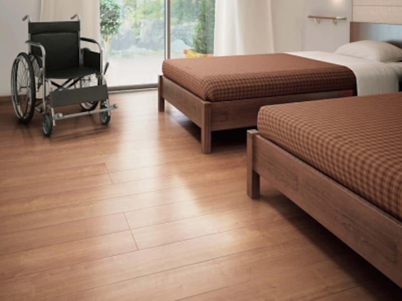 高齢の方や介護が必要な場合にも適する、滑りに配慮した床材。車いすでも傷つきにくく、水や汚れにも強いフローリング。[おもいやりフロアII〈チェリー柄〉YE37-13N]undefinedDAIKENhttps://www.daiken.jp/