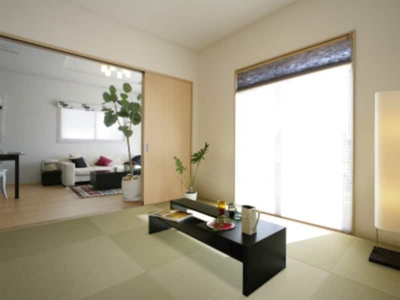リビングから広がるモダンな和室はさまざまな使い方ができる。undefined和紙でできた畳表は日焼けや色あせもしにくい。[ZIPANGundefinedここち和座]undefinedDAIKEN