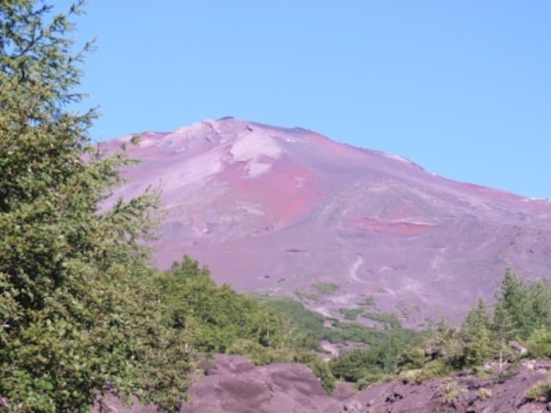 遠くから見るのとは全然違う、赤茶けた富士山