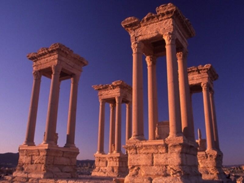 居住地区と神殿地区を分ける十字路に立つテトラピュロン(四面門)。エジプトの花崗岩で造られている©牧哲雄