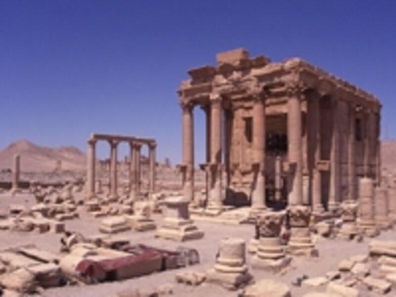 砂漠に広がる廃墟とバール・シャミン神殿©牧哲雄