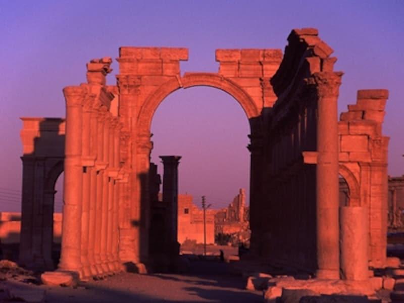 夕陽を受けて燃え上がるローマ記念門。パルミラには夕陽がよく似合う©牧哲雄
