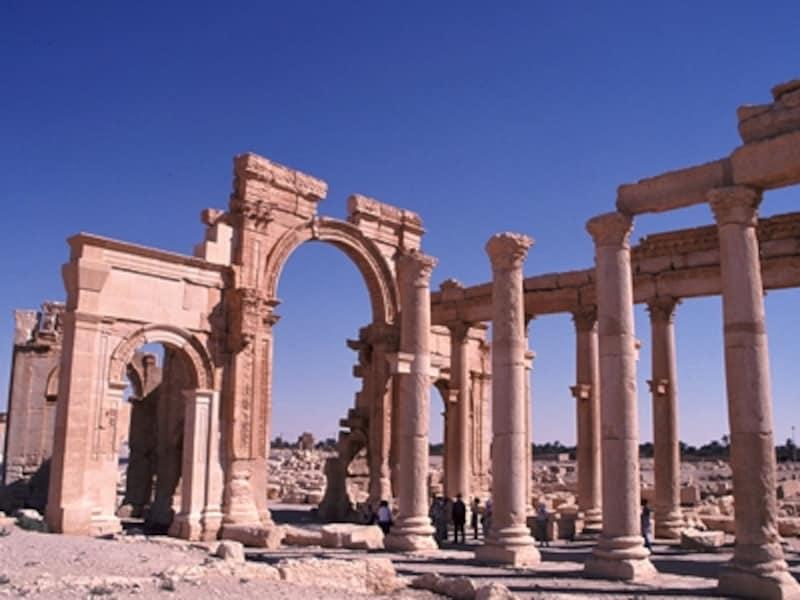 列柱つき大通りの入り口にあるローマ記念門。パルミラには水道管もあり、高度な水利システムが砂漠の都市を支えた©牧哲雄