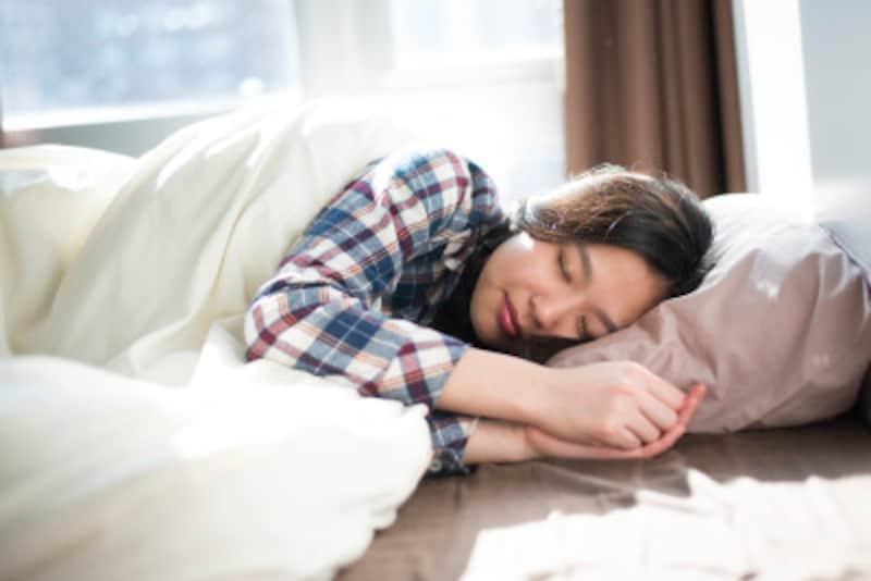 睡眠時間は確保したはずなのに、朝からグッタリ疲れてしまう、寝汗にまみれた起き抜け