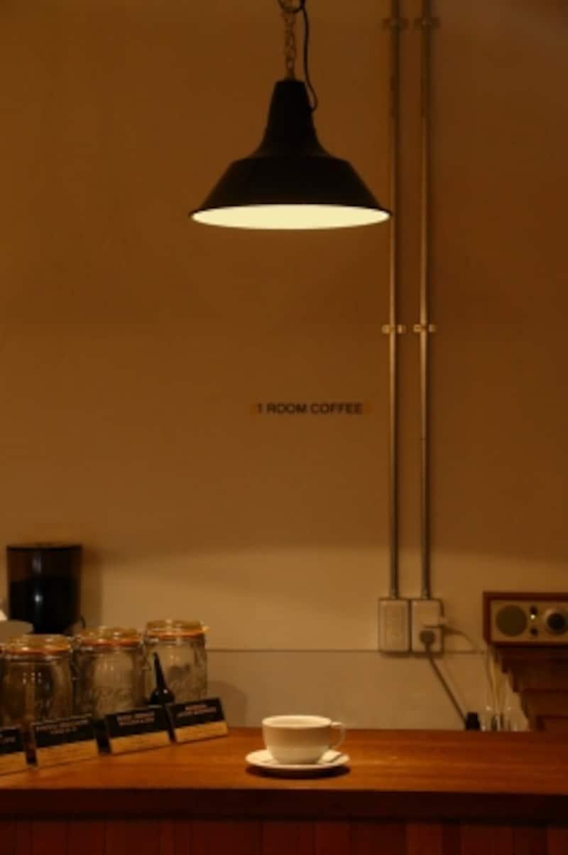 ダクトレールに取り付けられたペンダントライトはLED電球を利用。シェードによって降り注ぐ光の範囲を制限しています。閉店後もペンダントライトは点灯したまま。あかりをつけておくことでお店に目が行き、また街とつながっているかのような効果もあるためです。LED電球なので電気代も気にならないそうです