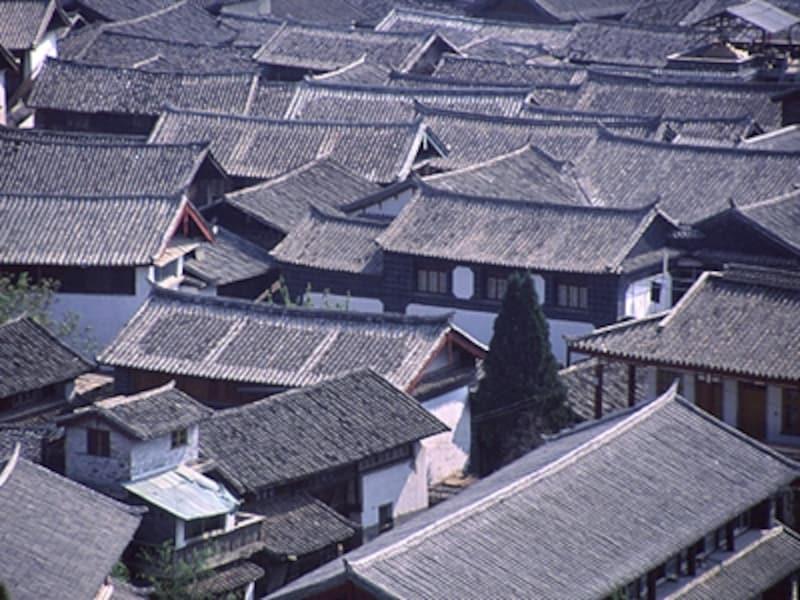麗江旧市街の家並み。銀色に輝く本瓦はこの地方の名産©牧哲