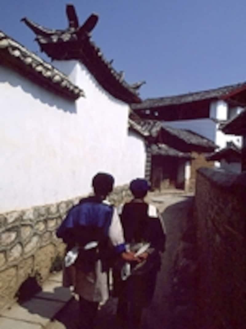 麗江の美しい家並みとナシ族の人々©牧哲雄